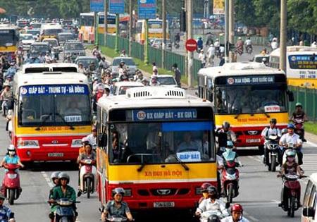 Xe buýt, tàu điện phổ biến, thuận tiện sẽ giúp hạn chế việc bùng nổ phương tiện cá nhân.