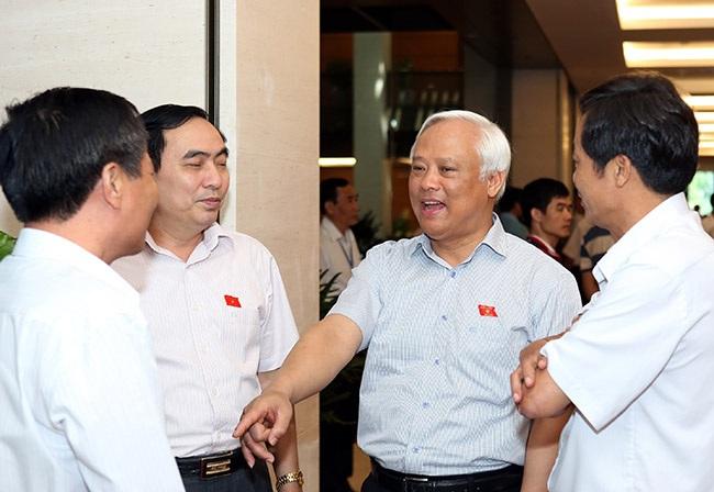 Phó Chủ tịch Quốc hội Uông Chu Lưu trao đổi với các đại biểu trong giờ nghỉ (ảnh: Việt Hưng).