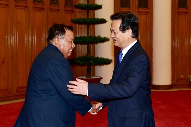 Thủ tướng Nguyễn Tấn Dũng chào mừng Phó Chủ tịch nước Lào Bounnhang Volachit tại trụ sở Chính phủ.