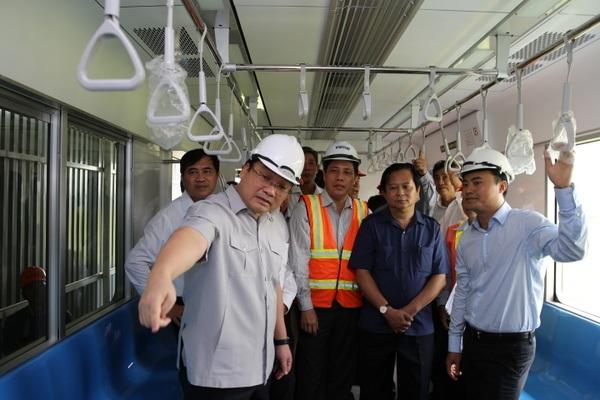 Phó Thủ tướng Hoàng Trung Hải kiểm tra mẫu toa tàu đang trưng bày lấy ý kiến người dân TPHCM.