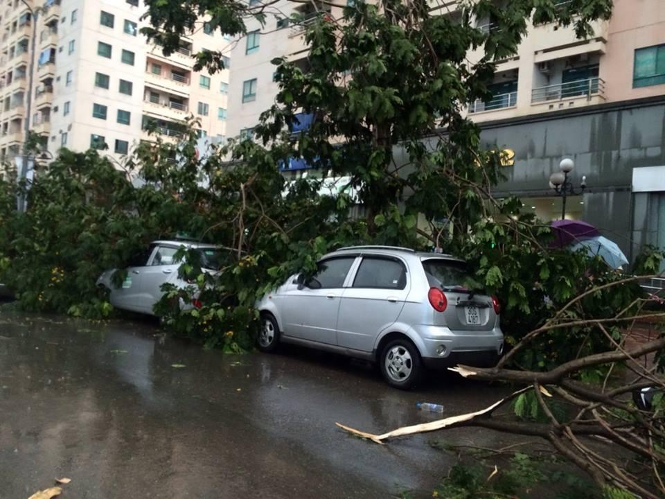 Giao thông tê liệt cục bộ sau trận mưa giông tại đường Lê Văn Lương (Trung Hoà - Nhân Chính).