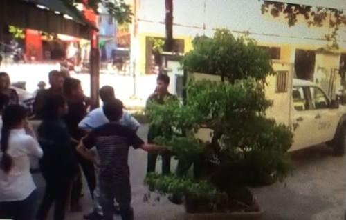 Gia đình bị cáo phản ứng gay gắt việc bị cáo bị nhốt trong xe thùng để giữa trời nắng nóng.