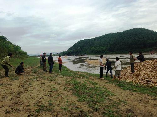 Anh Trần Văn Báu chỉ khu vực tàu cát ăn sạt bờ sông Lô tại xã Đội Bình.