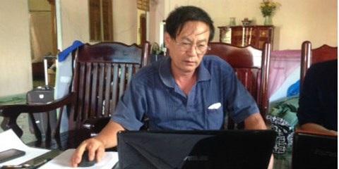 Ông Hoàng Quý cung cấp các bằng chứng cho phóng viên.