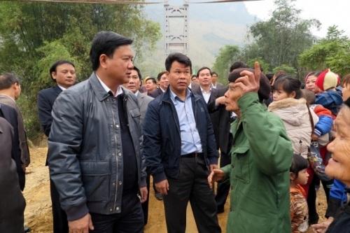 Bộ trưởng chụp ảnh với bà con các dân tộc bản Hái Hoa và làng Bầu dưới chân cầu treo Hái Hoa.