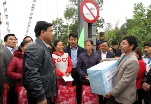 Bộ trưởng tặng quà cho nhân dân thôn Hái Hoa và Làng Bầu.