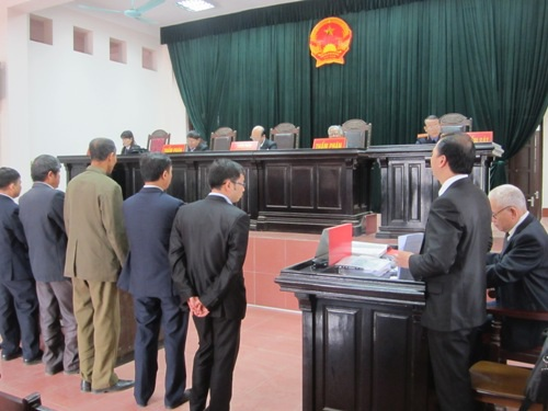 Phiên tòa xét xử phúc thẩm vụ án dân kiện chủ tịch huyện.