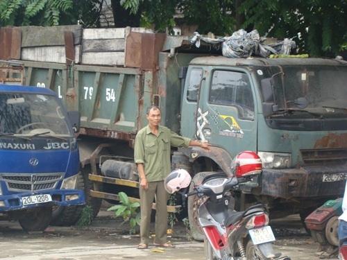 Ông Nguyễn Văn Bắc bên tài sản bị thu giữ tại Công an huyện Đại Từ.