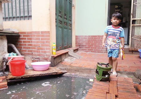 Người già và trẻ em tại ngay trung tâm quân Ba Đình sồng mòn trong ô nhiễm, xú uế suốt nhiều năm.