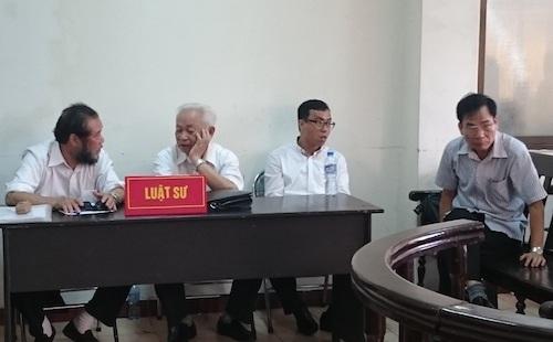 Bị cáo Trịnh Ngọc Chung (phải) cùng các luật sư bào chữa cho bị cáo tại phiên toà.