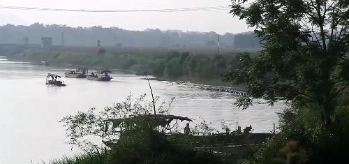 Dòng sông Bứa và tàu hút cát của Công ty Trung Thành.