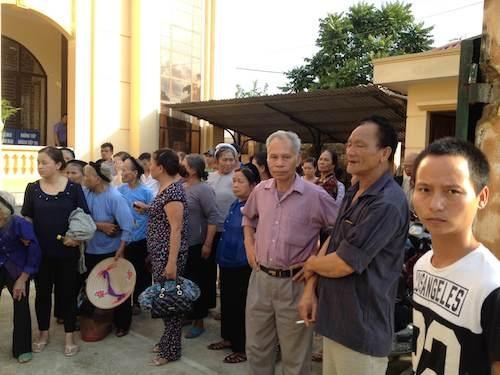 Hàng trăm người thân của bị cáo, người dân địa phương tham dự phiên toà với thái độ phẫn nộ.
