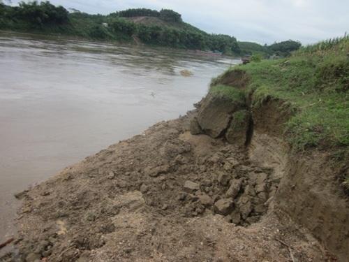 Sông Lô sạt lở nham nhở do tàu hút cát.