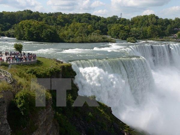 Khách du lịch tham quan tháp Niagara của Mỹ. Ảnh minh họa. (Nguồn: THX/TTXVN).