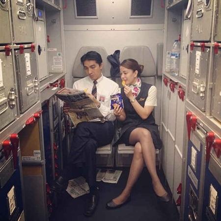 Đôi khi trên các chuyến bay, tiếp viên vẫn có thời gian thư giãn đọc báo và ăn nhẹ