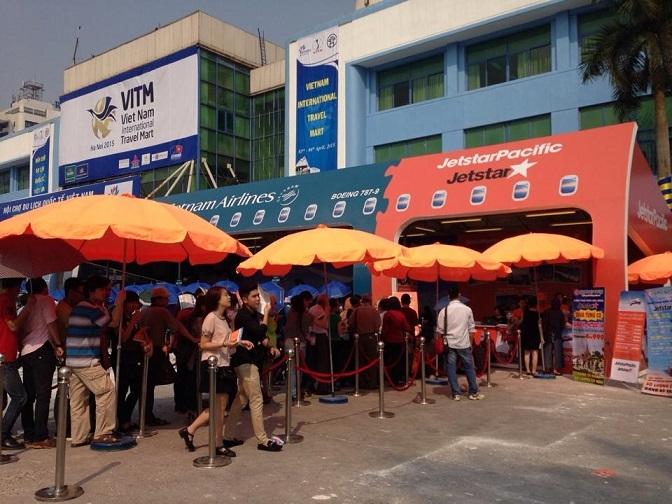 Khách đứng kín tại nhiều gian hàng tham gia VITM 2015.