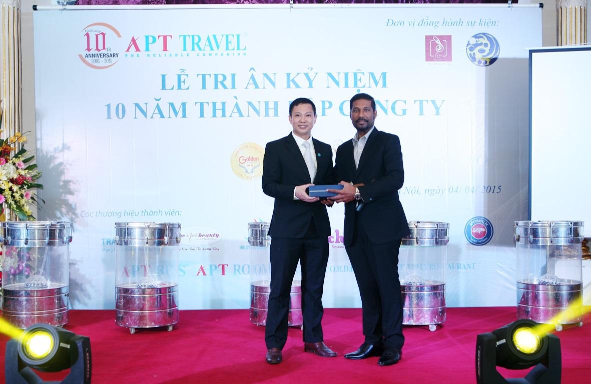 Giám đốc APT Trevel Nguyễn Hồng Đài (trái) nhận quà chúc mừng của các đối tác nước ngoài.