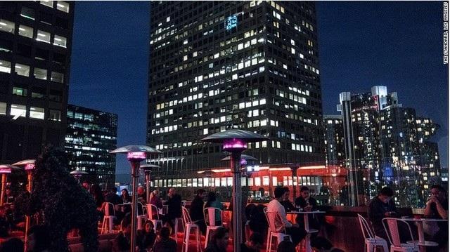 The Rooftop Bar ở The Standard (Los Angeles) còn có cả một bể bơi vô cực để phục vụ du khách