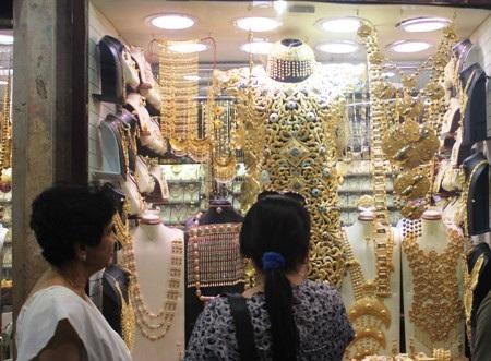 """Những hình ảnh thú vị về """"chợ vàng"""" Việt Nam và """"chợ vàng"""" quốc tế"""