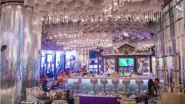 Quán bar Chandelier ở Cosmopolitan (Las Vegas) lung linh trong ánh đèn chùm