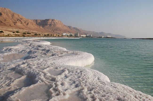 Dù có tên là biển Chết song thực chất đây chỉ là một hồ nước chứa độ mặn cao nhất thế giới.