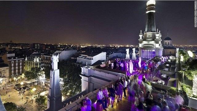 Quán bar The Roof, ME Madrid (Tây Ban Nha) sử dụng những ánh đèn sắc tím trông rất sang trọng