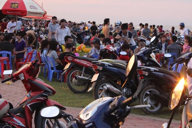 Tại các bờ kè sát biển Xuân Hải ken cứng người và các loại phương tiện như xe đạp, xe máy