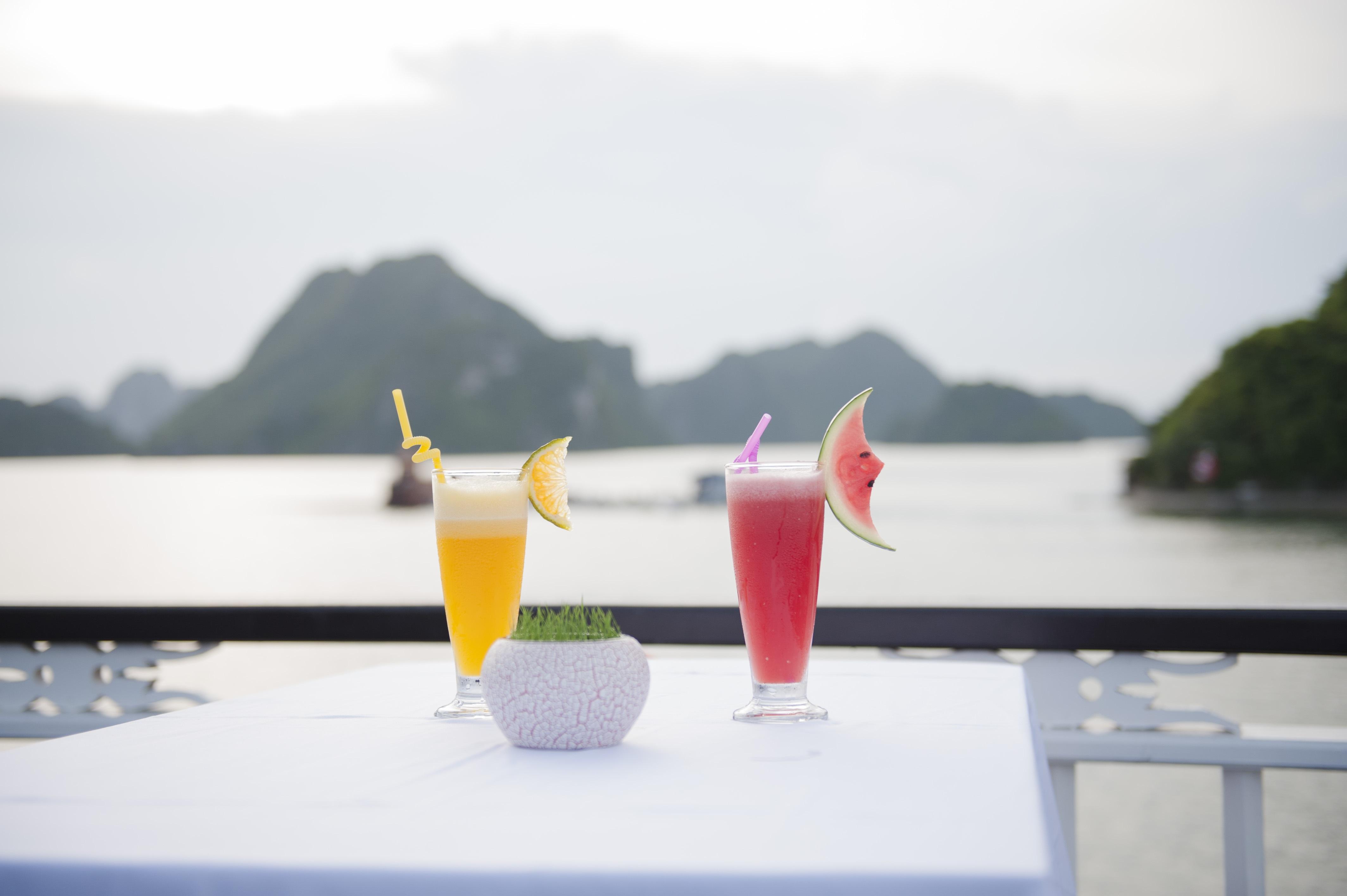 Còn gì tuyệt hơn khi được đón bình minh giữa biển trời bao la với một ly cocktail thơm ngon.