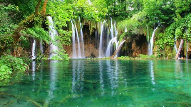 Hồ Plitvice nằm trong vườn quốc gia Plitvice ở Croatia có vẻ đẹp thần tiên
