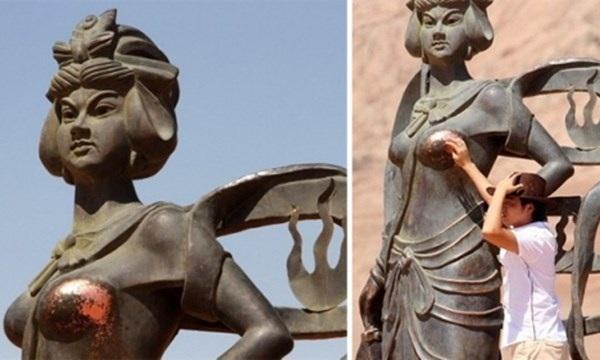 Bức tượng khoả thân ở Trinh Châu, Hà Nam bị sờ mó đến phai mòn.