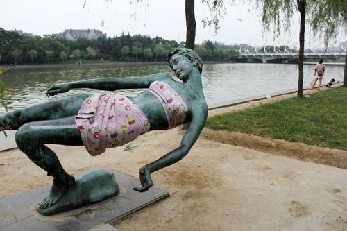 Bức tượng sau khi được mặc quần áo.