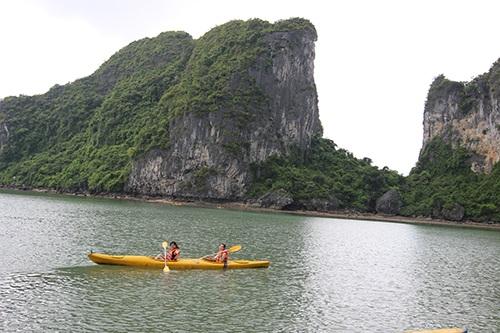 Chèo kayak - trải nghiệm thú vị trên vịnh Hạ Long.