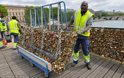 Công nhân Paris dỡ cả mảng lan can đầy khóa tình yêu trên cầu Pont des Arts.