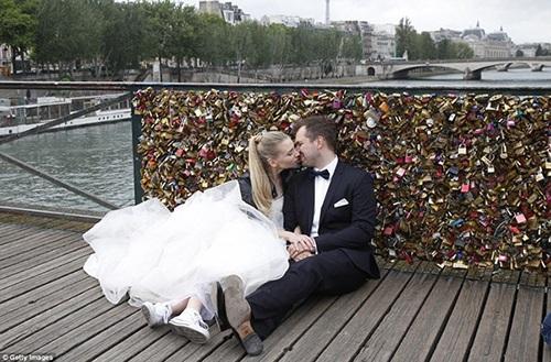 Một đôi tình nhân chụp ảnh cưới đúng ngày 1/6 bên mảng lan can cầu vừa bị dỡ