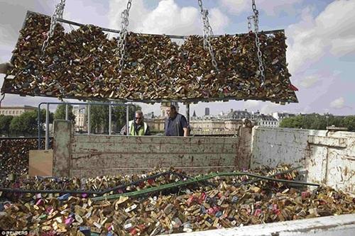 Xe tải chờ sẵn để vận chuyển những trái tim ra khỏi chiếc cầu