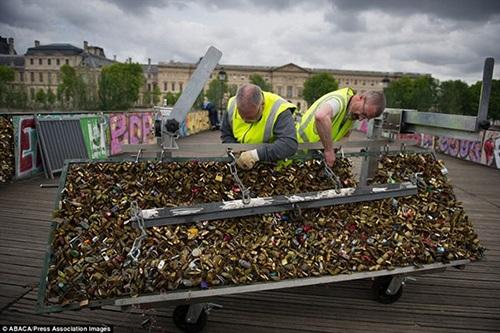Khách du lịch ghi lại hình ảnh cuối cùng về những chiếc khóa Tình yêu