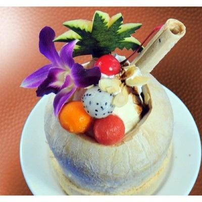 Hoa quả dầm là món ăn đắt khách trong những ngày nắng nóng này (ảnh: Nhữ Trang).