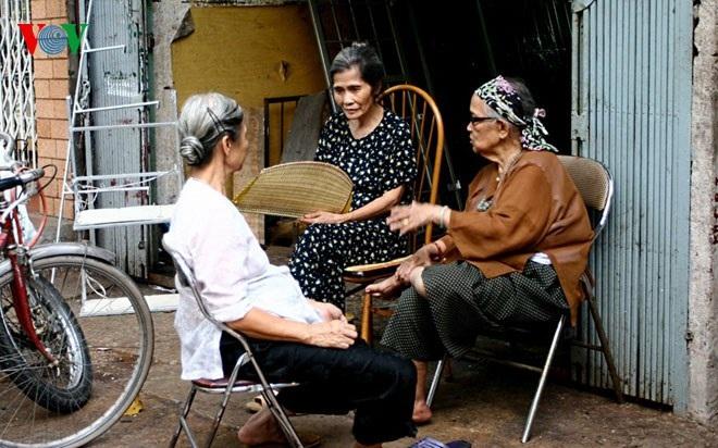 Các cụ bà ngồi hóng gió ngay trước của nhà.