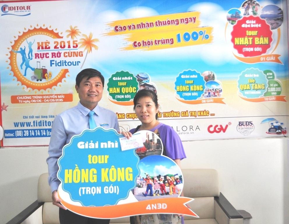Chị Phương Anh khách hàng đầu tiên trúng chuyến đi Hồng Kông.