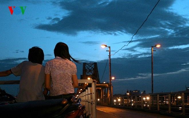 Đôi nam nữ này chọn điểm hóng gió rất thú vị, vừa hóng gió vừa ngắm cầu Long Biên