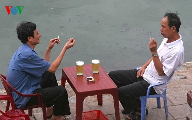 Nhâm nhi cốc bia bên hồ để hóng gió
