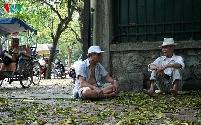 Các cụ già ngồi hóng mát ở 1 góc phố.