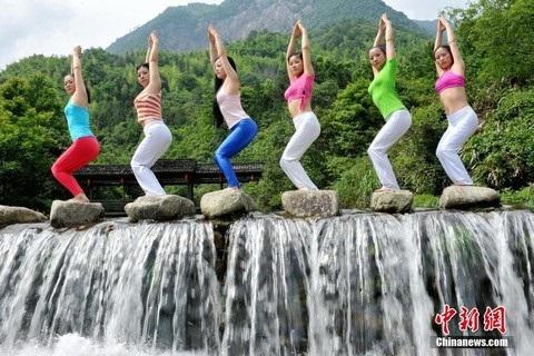 Sáu cô gái trẻ đã có màn biểu diễn đẹp mắt bên thác nước