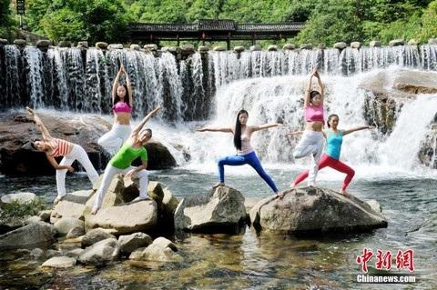 Yoga làm giảm căng thẳng và giúp các học viên tập trung năng lượng của họ theo phương pháp tích cực