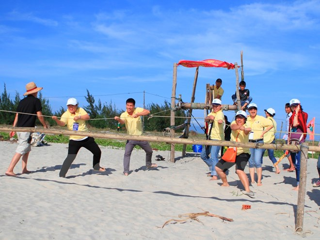 Khách du lịch hào hứng tham gia team-building ở Hội An. (Ảnh: Xuân Mai/Vietnam+).