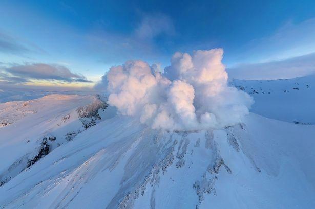 Bức ảnh ấn tượng của ngọn núi lửa Mutnovsky ở Kamchatka Penisula Nga.
