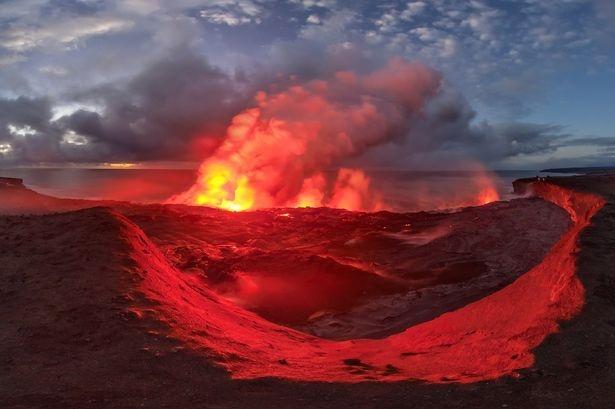 Dung nham phun trào ở ngọn núi lửa Kilauea đảo Hawaii, Mỹ.