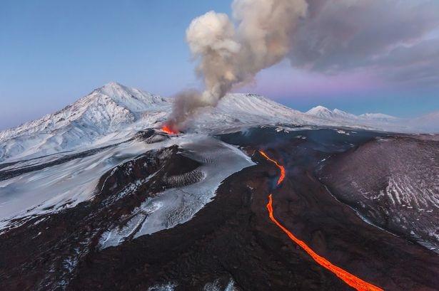 Khói lửa bốc lên từ ngọn núi lửa Plosky Tolbachik ở Kamchatcka, Nga.