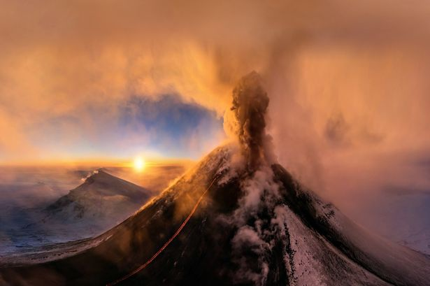 Màu cam rực rỡ từ ngọn núi lửa Klyuchevskaya ở Sopka, Nga.