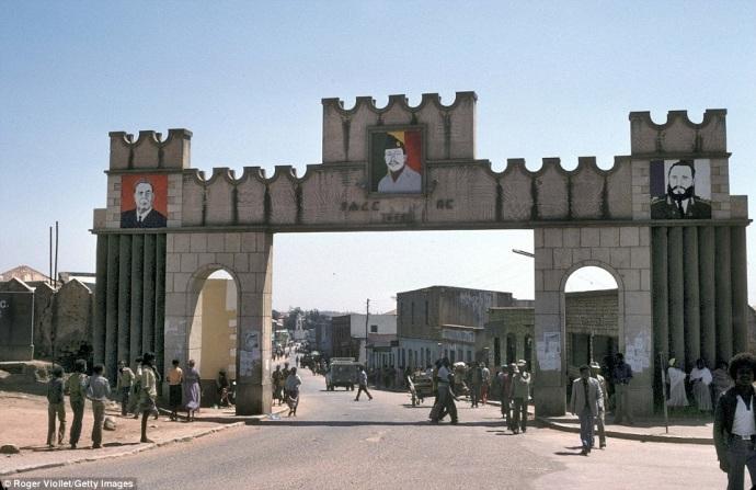 Cổng vào thành phố Harar hiện đại với chân dung của Fidel Castro, Brejnev và tướng Mengistu